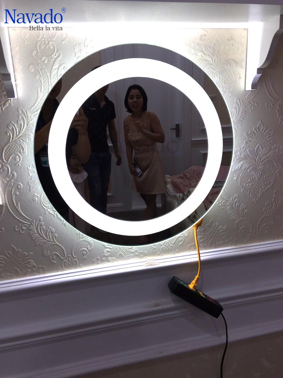 Gương treo tường phòng tắm đèn led navado
